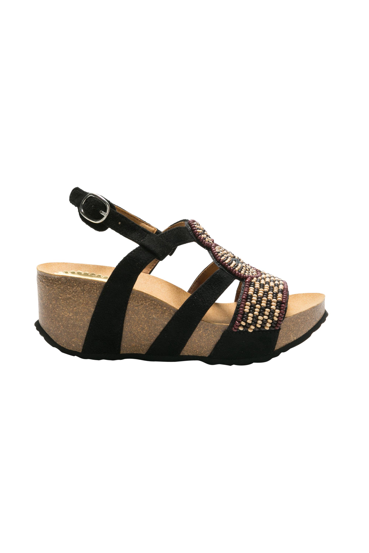 bc9a6ed61d34 Nechýbajú sandále v japonskom štýle i obľúbené denimové s bohatou ponukou  textúr a veľkým akcentom na pohodlné nosenie. Kolekcia je dostupná už teraz  v ...