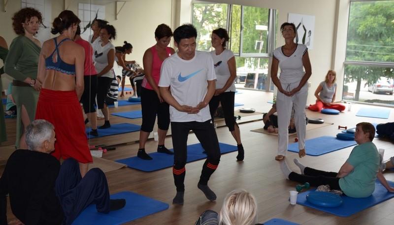 Majster Zhen Hua Yang je zakladateľom kaligrafického zdravia, vrátane kaligrafickej jogy. Od ranného detstva sa zdokonaľoval v bojových umeniach a liečiteľských praktikách.Pochádza z rodiny s vyše 400 ročnou tradíciou rodinného systému bojových umení Yang Mian, ktorý rozvíja výbušnosť a vnútornú energiu na liečenie pomocou prirodzených pohybov. Jeho žiačkou na Slovensku je Martina Zaťková, ktorá vďaka systému kaligrafického zdravia vyskúšala jeho liečivé účinky na myseľ, dušu aj fyzické telo.