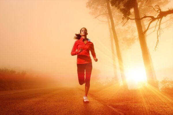 Beh je prirodzený pohyb, jednoduchý ako chôdza, je finančne i časovo nenáročný, zlepšuje zdravotný stav a je prístupný každému. Rekreačný beh blahodarne vplýva na nervovú sústavu. Uvoľňuje cievy, ktoré sa vplyvom častého nervového preťaženia a stresu kŕčovito sťahujú. Tie pri behaní zostávajú pružnými, pretože srdce musí dodať pracujúcim svalom zvýšené množstvo okysličenej krvi. Preto pri behu zlá nálada a napätie ustúpia pocitu pokoja a uvoľnenia. Pri behu sa myslí ľahko, lebo dokonale okysličený mozog je výkonnejší. Pravidelným džogingom posilňujeme srdce, pľúca, otužujeme sa, odďaľujeme starnutie, chudneme, skrátka - predlžujeme si život. Keďže pri behu sa vylučujú hormóny šťastia, endorfíny, ranný džoging nás perfektne naštartuje do nového dňa. Ak sa rozhodneme pravidelne behať, ale máme už viac ako tridsať, pred prvým tréningom navštívme lekára.Keby zistil, že máme vyšší krvný tlak alebo problémy so srdcom, príliš veľká záťaž by nám mohla uškodiť. ZÁKLADOM SÚ TENISKY Obavám, že pri behaní si poškodíme kĺby, zabránime kúpou kvalitných tenisiek, ktoré ich dobre ochránia. Ako si ich správne vybrať? Závisí od typu a tvaru nášho chodidla. Rozlišujeme tri základné anatomické tvary: grécky (prsty na nohe tvoria akoby špičku, keď prstenník je dlhší než palec; egyptský (na chodidle vyčnieva najviac palec) a chodidlo, na ktorom je dĺžka prstov takmer rovnaká, tvorí akúsi rovinu. Ak začíname a nikdy sme pravidelne nebehali, uprednostnime tenisky s čo najodpruženejšou podrážkou. Rozoznáme ju podľa označenia cushiori. Je to ideálna obuv na tvrdšie povrchy. Spodok tenisky by mal byť hrubý asi jeden centimeter a podpätok zasa vyšší a silnejší, aby chránil achilovky. Pri skúšaní tenisky musia byť pohodlné, nesmú nás tlačiť a prsty by mali mať dostatok miesta a nepriliehať až tesne k špičke. Ďalej si zaobstaráme kvalitné ponožky – ideálna je kombinácia bavlny s vhodným umelým materiálom. Musia dobre sať pot a priliehať k nohe. A mali by sme ich mať až nad členok, aby tepelne ch
