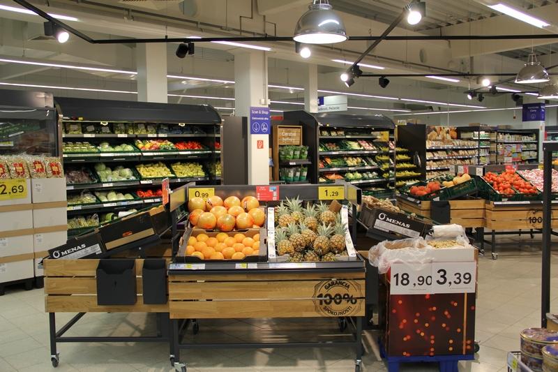 """Rozšírený sortiment čerstvých potravín, zmodernizované priestory a ešte pohodlnejší spôsob nakupovania prináša nový formát Tesco obchodu. Dnes otvoril svoje brány zákazníkom prvý """"susedský obchod"""" na Slovensku, a to vo Zvolene v mestskej časti Sekier. Supermarket, ktorý prináša svoje služby zákazníkom už od roku 2011, bude vďaka celkom novému konceptu prinášať zákazníkom ešte lepšiu ponuku. Kvalita, dostupnosť, pohodlné, moderné a rýchle nakupovanie – také sú hlavné benefity nového formátu obchodu, ktorého brány otvorilo Tesco 3. novembra 2018 v celkom novom zlepšenom koncepte vo Zvolene v časti Sekier. """"Vnímame, že nákupné zvyky ľudí sa menia. Snažíme sa s nimi držať krok, aby sme dokázali čo najlepšie napĺňať potreby a očakávania našich zákazníkov. V novom formáte obchodu – v tzv. susedskom obchode prinášame našim zákazníkom zlepšený sortiment vrátane širšej ponuky čerstvých potravín a tiež rozšírenej ponuky slovenských výrobkov. Zákazníci si tu oddnes môžu nakúpiť rýchlejšie, pohodlnejšie a jednoduchšie. Navyše naši kolegovia budú môcť pracovať v novom príjemnom prostredí zmodernizovaného obchodu – prvom svojho druhu na Slovensku,"""" povedal Martin Kuruc, výkonný riaditeľ TESCO STORES SR, a. s. Počas prestavby, ktorá trvala mesiac, sa zmenil interiér obchodu tak, aby bol pre zákazníkov prehľadnejší. Zákazník sa tak bude môcť rýchlejšie a ľahšie zorientovať v nákupnom priestore. Úpravami prešiel aj celkový sortiment, čo v praxi znamená najmä širšiu ponuku čerstvých a aj slovenských potravín. Nebudú chýbať ani nové samoobslužné pokladne či nakupovanie s inovatívnou službou Scan & Shop. Okrem snahy o prinášanie lepších služieb pre zákazníkov sa spoločnosť Tesco snaží vytvárať príjemné miesto na prácu aj pre svojich kolegov. Kolegovia, ktorí vo zvolenskej prevádzke pred prestavbou pracovali, pôsobili počas prestavby v okolitých obchodoch. Zároveň prešli školeniami, vďaka ktorým si mohli zlepšiť aj svoje odborné znalosti a osobné zručnosti. Všade, kde Tesco pôsobí, sa s"""